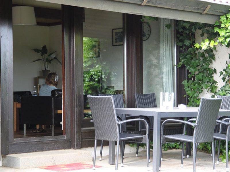 Terrasse Haus Mohnblume Haus 93 im Feriendorf Öfingen mit Sitzgelegenheit, Liege und Sonnenschirm